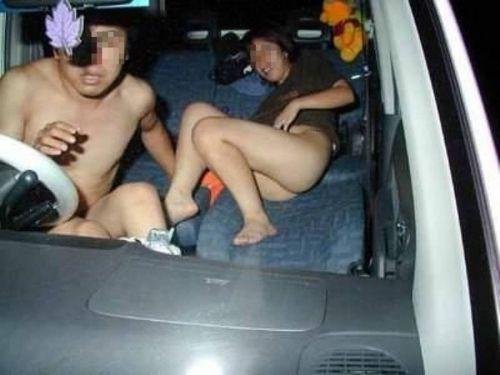 【画像】素人カップルが夢中でカーセックスしてるのを盗撮した結果www 37枚 No.35