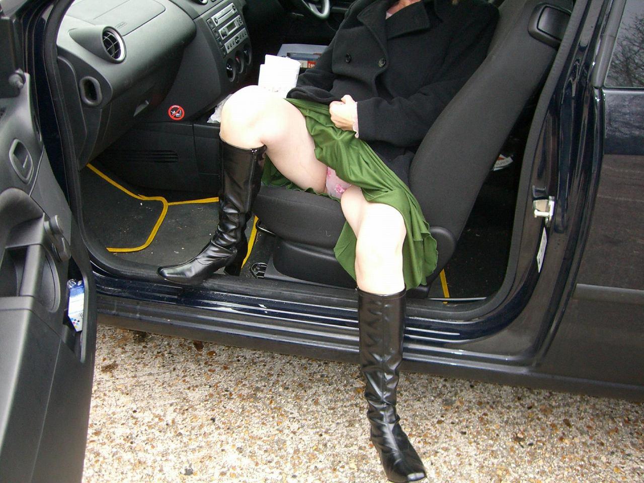 車の乗り降りする時のパンツ丸見えチャンスを秘密撮影した写真がこちらですwww 32枚