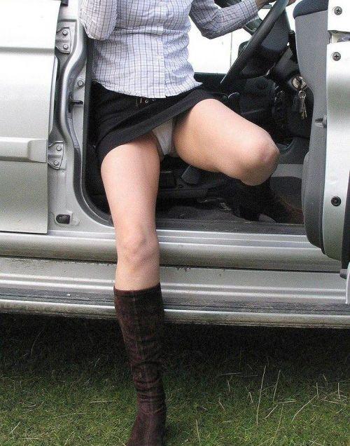 車の乗り降りする時のパンチラチャンスを盗撮した画像がこちらですwww 32枚 No.9