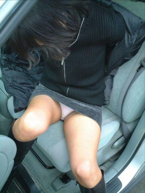 車の乗り降りする時のパンチラチャンスを盗撮した画像がこちらですwww 32枚 No.13