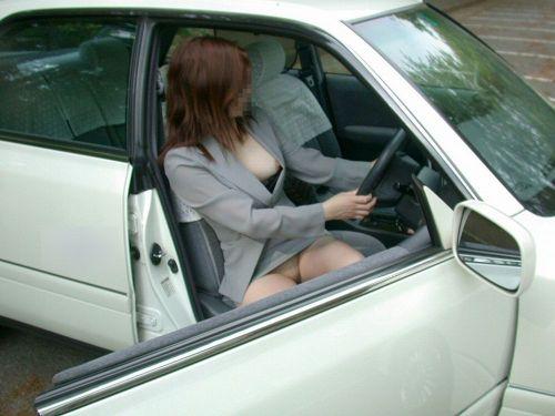 車の乗り降りする時のパンチラチャンスを盗撮した画像がこちらですwww 32枚 No.32