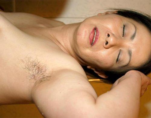 ワキ毛が生えた妖艶な熟女に顔を埋めて匂いたい腋フェチエロ画像 32枚 No.28