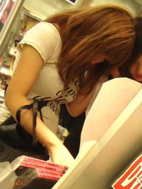 素人女性の巨乳にメリメリ食い込むパイスラッシュの盗撮エロ画像 33枚 No.19