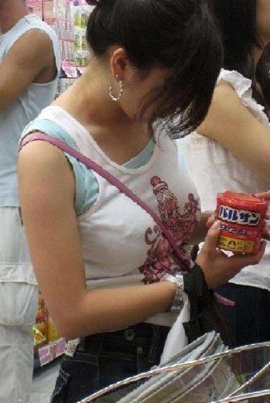 素人女性の巨乳にメリメリ食い込むパイスラッシュの盗撮エロ画像 33枚 No.27