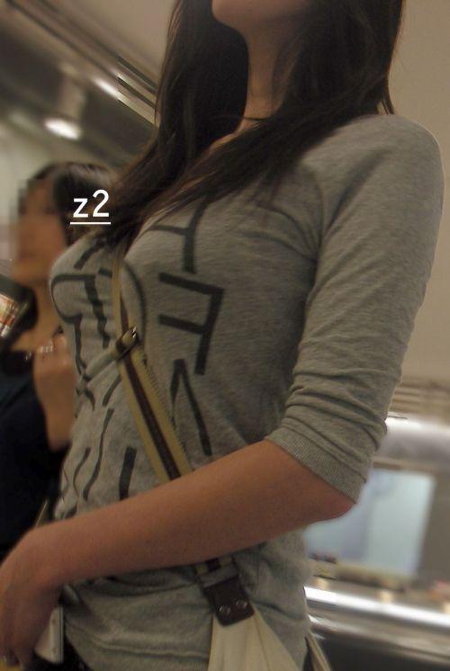 素人女性の巨乳にメリメリ食い込むパイスラッシュの盗撮エロ画像 33枚 No.31