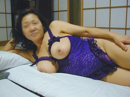 熟女や人妻がおっぱい丸見えのセクシーな下着で誘惑してくるエロ画像 38枚 No.1