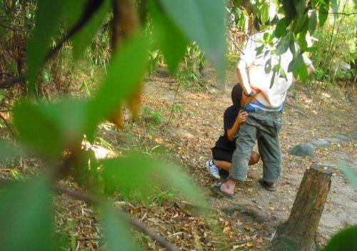 野外でチンコをフェラでしゃぶってるカップルを盗撮したエロ画像 31枚 No.7
