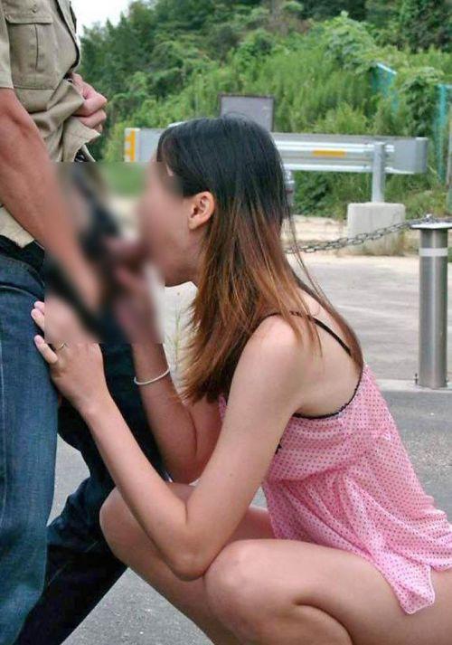 野外でチンコをフェラでしゃぶってるカップルを盗撮したエロ画像 31枚 No.16