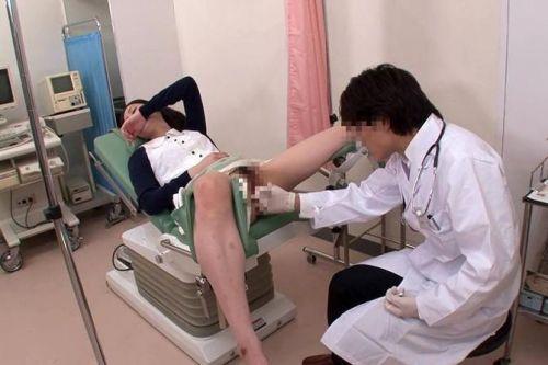 【画像】産婦人科医が診察室でおまんこを触診する手つきがエロ過ぎwww 31枚 No.15
