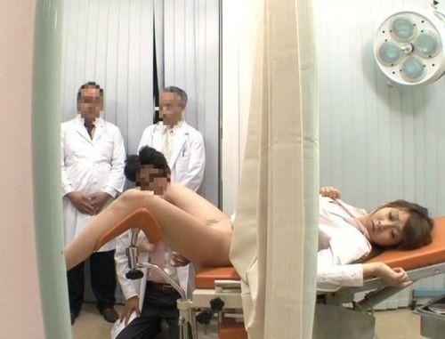 【画像】産婦人科医が診察室でおまんこを触診する手つきがエロ過ぎwww 31枚 No.22