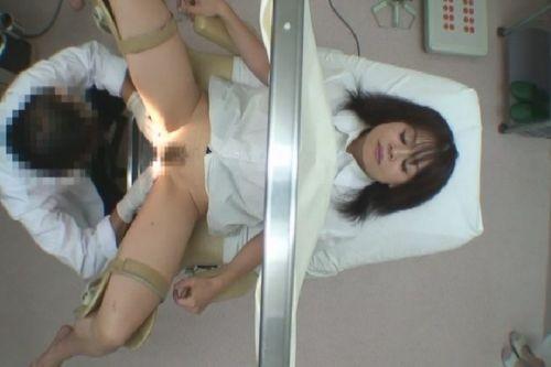 【画像】産婦人科医が診察室でおまんこを触診する手つきがエロ過ぎwww 31枚 No.27
