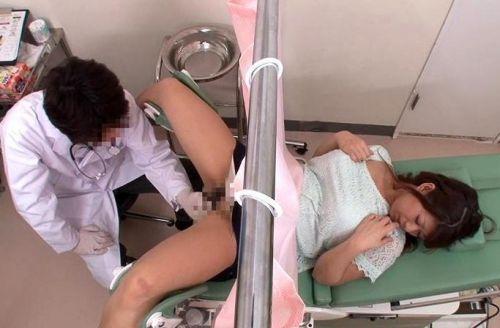 【画像】産婦人科医が診察室でおまんこを触診する手つきがエロ過ぎwww 31枚 No.31