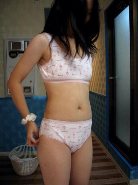 貧乳女子がノーブラで乳首透けちゃってる乳首ポッチなエロ画像 35枚 No.3