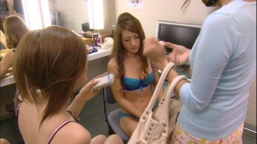 キャバクラの更衣室でおっぱい丸出しで着替えるキャバ嬢のエロ画像 32枚 No.6