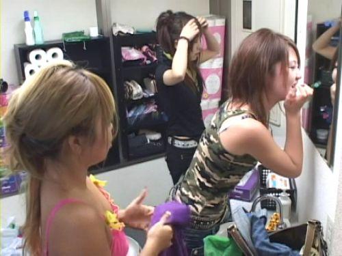 キャバクラの更衣室でおっぱい丸出しで着替えるキャバ嬢のエロ画像 32枚 No.7