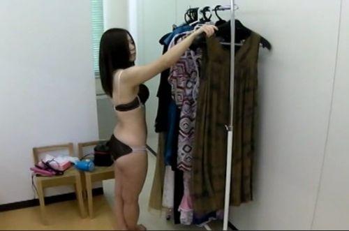 キャバクラの更衣室でおっぱい丸出しで着替えるキャバ嬢のエロ画像 32枚 No.8
