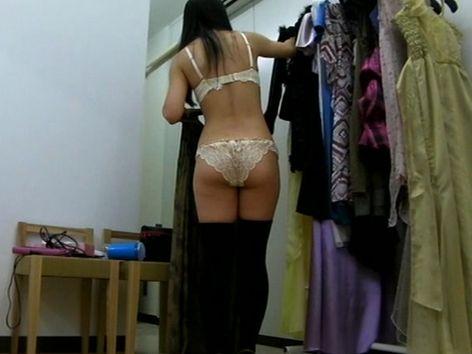 キャバクラの更衣室でおっぱい丸出しで着替えるキャバ嬢のエロ画像 32枚 No.11
