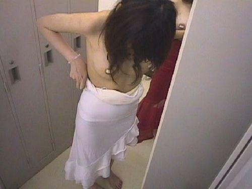 キャバクラの更衣室でおっぱい丸出しで着替えるキャバ嬢のエロ画像 32枚 No.18