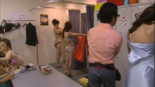 キャバクラの更衣室でおっぱい丸出しで着替えるキャバ嬢のエロ画像 32枚 No.21