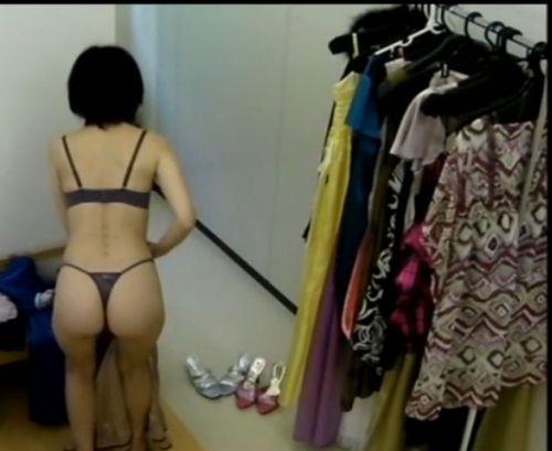 キャバクラの更衣室でおっぱい丸出しで着替えるキャバ嬢のエロ画像 32枚 No.25