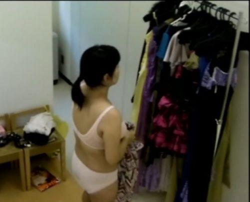 キャバクラの更衣室でおっぱい丸出しで着替えるキャバ嬢のエロ画像 32枚 No.29