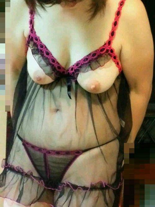スリップを着た熟女・人妻からおっぱいがポロリしてるエロ画像 31枚 No.10