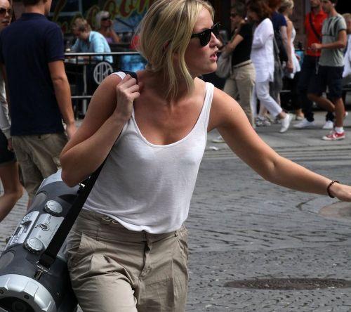 ノーブラの外国人が乳首が透けて胸ポチしてる街撮りエロ画像 35枚 No.17