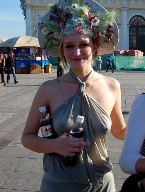ノーブラの外国人が乳首が透けて胸ポチしてる街撮りエロ画像 35枚 No.29