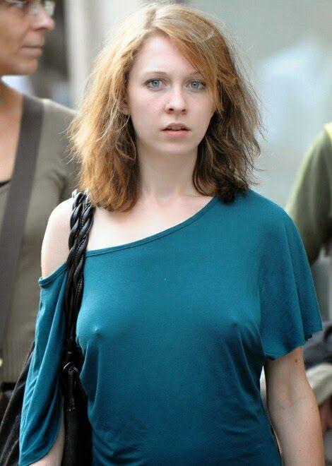 ノーブラの外国人が乳首が透けて胸ポチしてる街撮りエロ画像 35枚 No.32