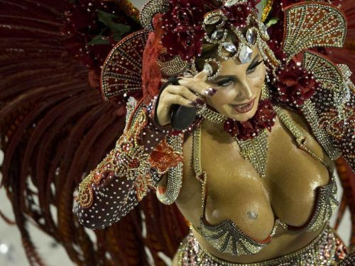 【画像】外国人サンバダンサーの豊満な肉体と衣装がエロ過ぎるwww 35枚 No.1
