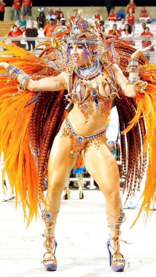 【画像】外国人サンバダンサーの豊満な肉体と衣装がエロ過ぎるwww 35枚 No.2