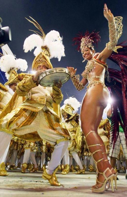 【画像】外国人サンバダンサーの豊満な肉体と衣装がエロ過ぎるwww 35枚 No.7