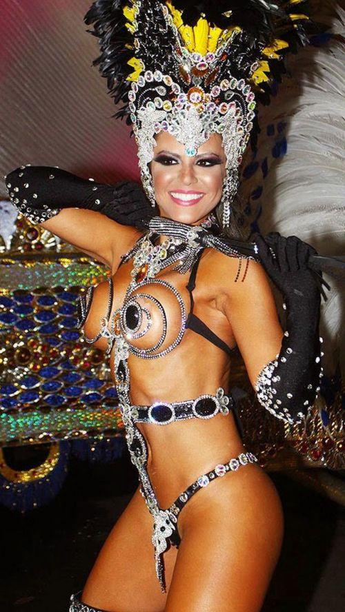 【画像】外国人サンバダンサーの豊満な肉体と衣装がエロ過ぎるwww 35枚 No.11
