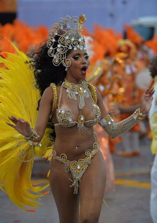 【画像】外国人サンバダンサーの豊満な肉体と衣装がエロ過ぎるwww 35枚 No.13