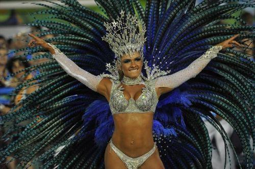 【画像】外国人サンバダンサーの豊満な肉体と衣装がエロ過ぎるwww 35枚 No.26