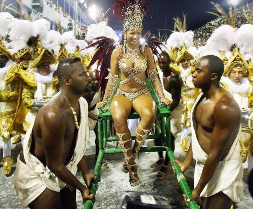【画像】外国人サンバダンサーの豊満な肉体と衣装がエロ過ぎるwww 35枚 No.33
