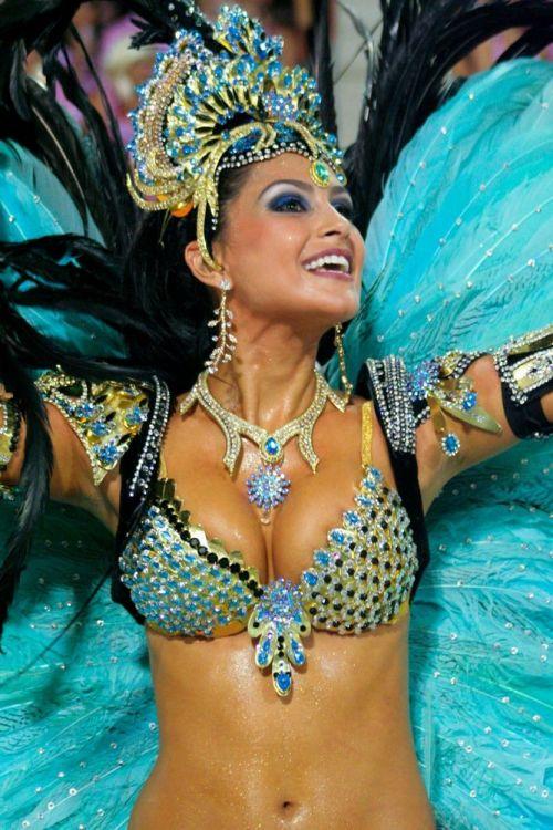 【画像】外国人サンバダンサーの豊満な肉体と衣装がエロ過ぎるwww 35枚 No.34