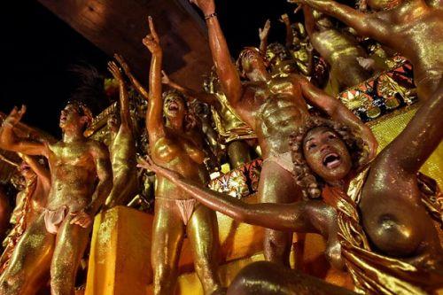 【画像】外国人サンバダンサーの豊満な肉体と衣装がエロ過ぎるwww 35枚 No.35