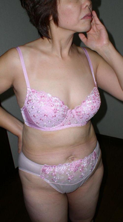 熟女・人妻がストロングスタイルなフルバックパンティを履いているエロ画像 35枚 No.7