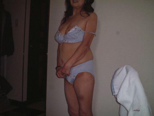 熟女・人妻がストロングスタイルなフルバックパンティを履いているエロ画像 35枚 No.8