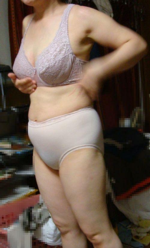熟女・人妻がストロングスタイルなフルバックパンティを履いているエロ画像 35枚 No.13