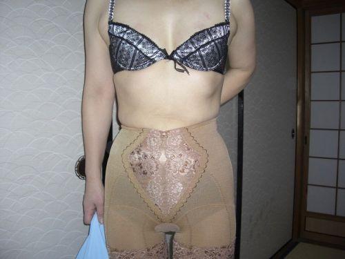 熟女・人妻がストロングスタイルなフルバックパンティを履いているエロ画像 35枚 No.26