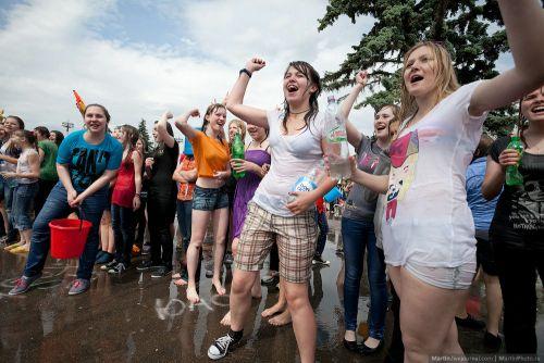 外国人が水掛け祭りでおっぱいが透けちゃってるエロ画像 34枚 No.3