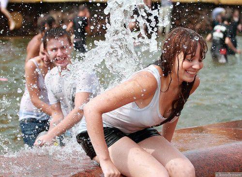 外国人が水掛け祭りでおっぱいが透けちゃってるエロ画像 34枚 No.8