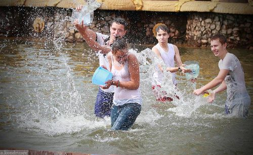 外国人が水掛け祭りでおっぱいが透けちゃってるエロ画像 34枚 No.13