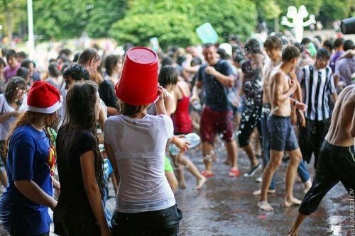 外国人が水掛け祭りでおっぱいが透けちゃってるエロ画像 34枚 No.19