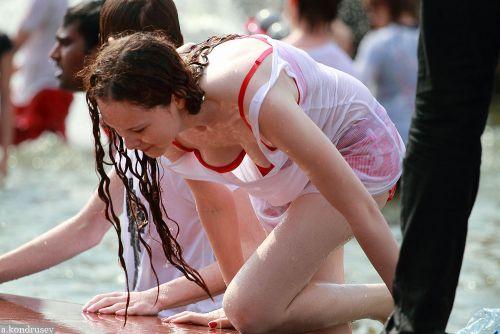 外国人が水掛け祭りでおっぱいが透けちゃってるエロ画像 34枚 No.20