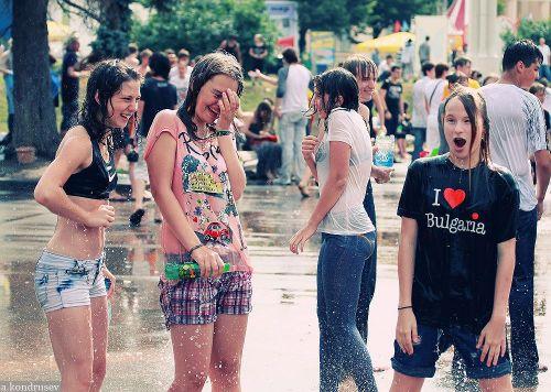 外国人が水掛け祭りでおっぱいが透けちゃってるエロ画像 34枚 No.31