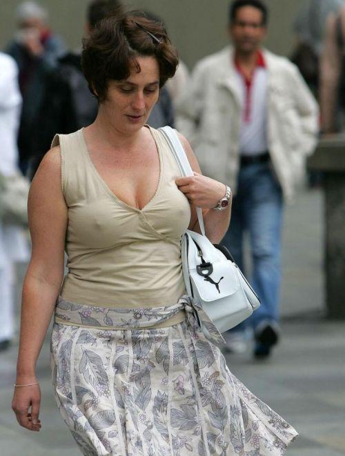 爆乳外国人がノーブラ薄着で乳首が透けて胸ポチなエロ画像 32枚 No.4