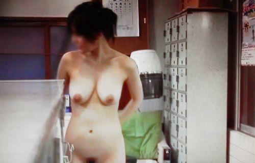 銭湯と温泉の女子更衣室で女性のおっぱいとオマンコ盗撮したエロ画像 34枚 No.17